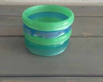 Vintage 1960s green & blue moonglow lucite bangle / bracelet bangle set