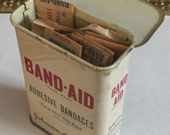 1950s Band Aid Tin with Band Aids (7)
