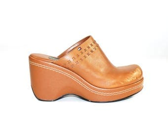 Size 6 // Tommy Hilfiger Clogs // Wood Clogs 6 // Round Toe Clogs // Platform Clogs // 90s Clog // Clog Pumps // Vegan Clogs // Camel Clogs