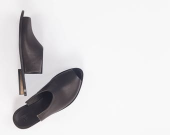 Pointy Toe Slip On Mules In Black