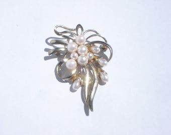Gold Pearl Brooch - Vintage Gold Tone Ribboned Pin - Retro Costume Jewellery - 1980's