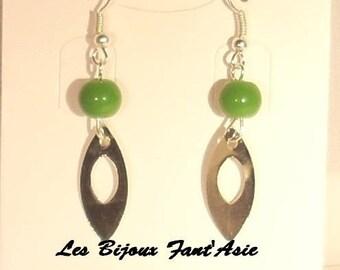Earrings hook in dark green glass beads and silver metal openwork leaf