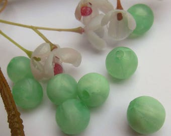 set of 8 green plastic round beads