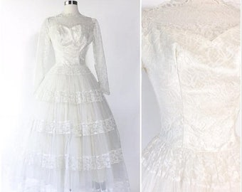 white lace 1950s pinup wedding dress / full skirt tiered net tulle / sweetheart bodice Grace Kelly / scalloped neckline / button back