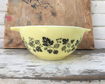 Vintage Medium Pyrex Bowl/Ivy Pattern