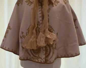 Victorian cream wool cape with lace trim and gold wire decoration. Vintage wedding cape. Steampunk cape, gothic cape.  Victorian costume.