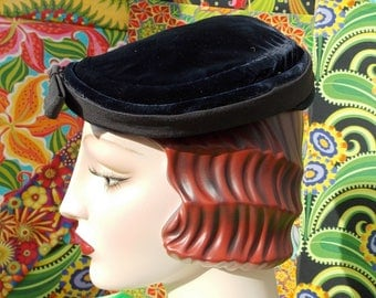 Vintage 1940's Hat. Navy Silk Velvet Tipster. Sculptured Shallow Crown.Black Ribbon Bow Cuff Accent. Marshall Field & Co Chicago. sz 21