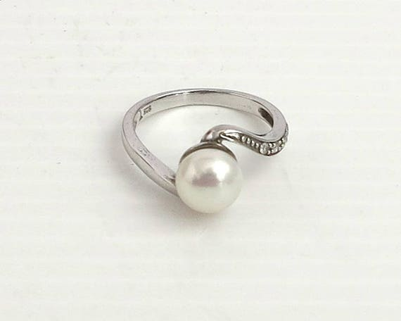 Sterling silver and genuine pearl ring with 4 tiny Cubic Zirconias, white freshwater potato pearl and interesting setting, size N.5 / 7