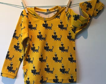 Ochre yellow tshirt with black kitties and long sleeves, mt 96, 21/2-3 yr