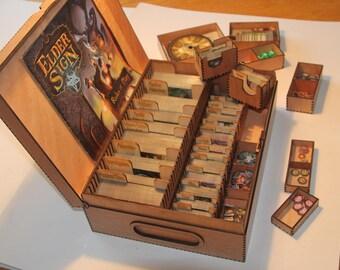 Ältere Zeichen Aufbewahrungsbox - Basis Spiel PLUS alle aktuellen Erweiterungen. Token-Boxen, kurzärmeliges Karte Teiler, herausnehmbaren Karte und token Tabletts.