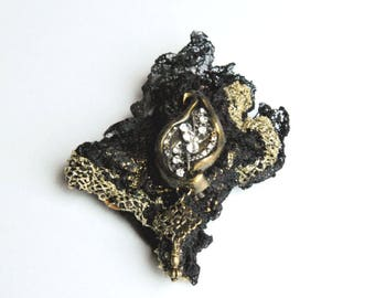 """Brooch """"Margot"""" textile lace flame in resin and rhinestones"""