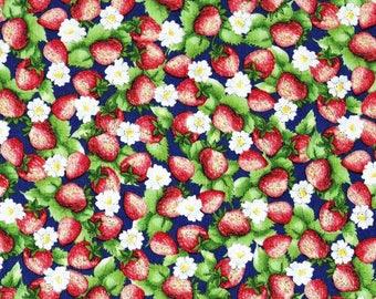 Tissu coton  imprimé de Fraises comme un collage, sur fond bleu roi