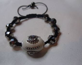 Bracelet with white cloisonné bead