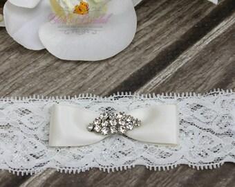 FAST Shipping!!!!  Blue, White or Ivory, Beautiful Wedding Garter, Bridal Garter, Garter,  Garter with brooche, Wedding Garter, Lace garter