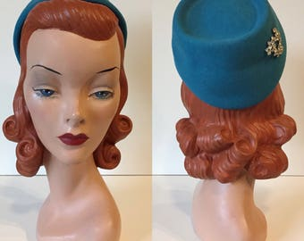 1950's Clover Lane Terry Sales Corp Aqua Glacier Blue Wool Felt Fez Style Pill Box Hat with Rhinestone Brooch Detail