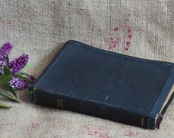 A Vintage Bible Old And New Testaments The Holy Bible Display Books Wedding Books Old Books Old Religious Books