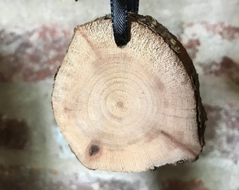 Live wood craft round with pre-drilled holes, size medium
