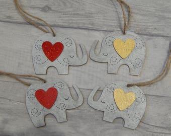 Peint à la main en bois éléphants gris métallisés avec un grand coeur, à suspendre en décoration, ornement en bois à suspendre