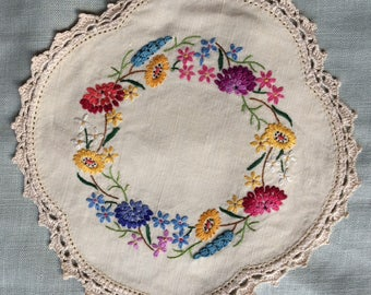 Vintage hand embroidered doily 21 cm