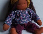 """Ruby - 32 cm 13"""" Puppe nach Waldorfart, Spielpuppe, schwarze Puppe, Blümchen Shirt, lange braune Haare, Bauchnabel, Pumphose, Tuch senfgelb"""
