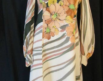 Adorable & Chic 1970s Retro Vintage Tailor-made Crepe Dress with Long Poet Sleeves