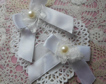 White satin with white lace bows and Pearl 7,00 cm tall (with 2 bows)
