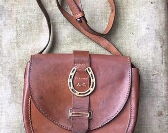 Late 1940s made monogrammed AC shooting style leather Bagcraft adjustable saddle shoulder bag - equestrian horseshoe