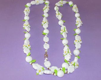 Vintage Plastic Flower Necklace - Daisies and Leaves