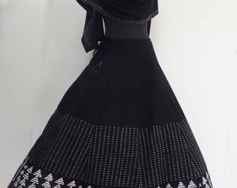 SKIRT with panels in black and white cotton, fitted at the waist and large at the bottom.