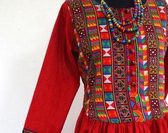Robe longue rouge et multicolore en coton et viscose, à corsage boutonné et manches longues