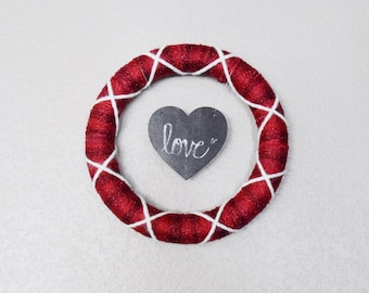 Photo Frame Red and White Yarn Wreath (small) | 10-inch Wrapped Wreath with White Photo Frame or Chalkboard Heart