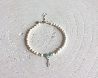 Bracelet with 925 sterling silver beads and natural stone cream-coloured beads. With a 925 sterling silver bead and conclusion