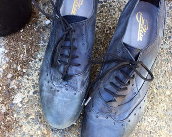 Size 9 lace up leather saddle shoes in charcoal // witchy oxford brogues