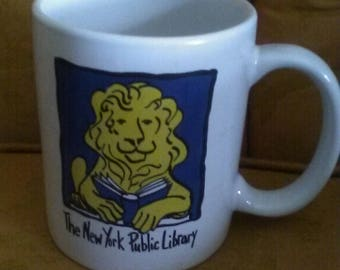 1994 the New York City Public Library coffee mug Lion reading a book