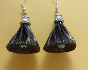 Boucles d'oreilles en capsules de café nespresso forme clochette marron rayé, sommet argenté.
