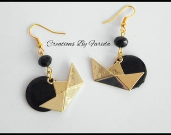 Earrings with a small boat origami gold tone and black sequin style