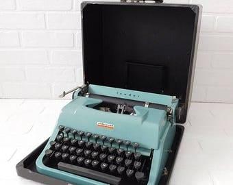 20% OFF SALE - Vintage Turquoise Blue Underwood Typewriter in Case, Mid Century Underwood Typewriter, Collectible