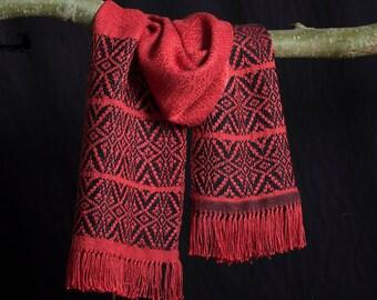 Sjaal handgeweven van rode zijde en zwarte wol. Heerlijk zacht en licht.