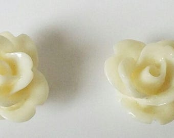 2 small flowers - cream resin cabochons