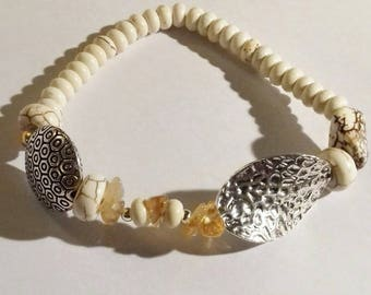 Bracelet in semi-gemstones such as howlite and carnelian, patterned silver plated.