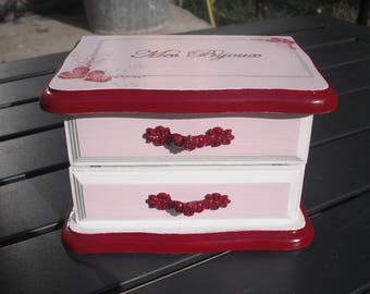 Pink, white and red for this mini jewelry box