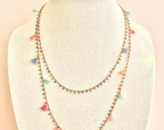 Multicolored necklace and its small tassels