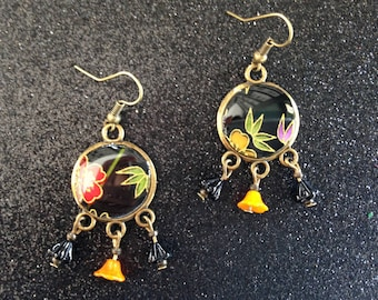 Earrings black Japanese paper, and multicolored flowers.