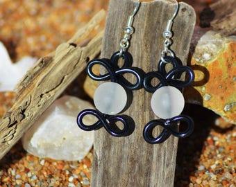 Earrings made of aluminium and bead black and white yarn
