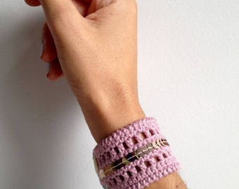 Pink crochet bracelet powder and sequins