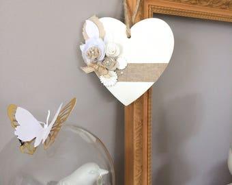 Coeur en bois,décoré de fleurs en tissu et d'un ruban en lin