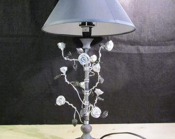 Electric lamp with climbing roses on the foot
