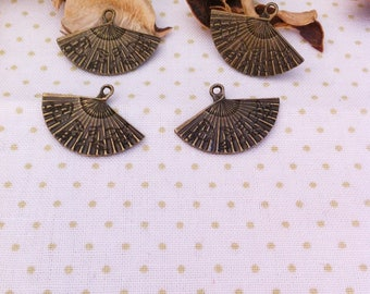 5 pendants form Chinese fan with fine engravings, bronze