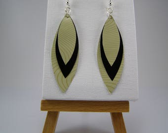 Capsules form coffee black and white feather earrings