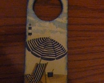 plate holder representing a beach cabin, a lounge chair and umbrella